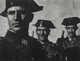 """Фото У. Юджина Смита. Гражданская гвардия из серии """"Испанская деревня"""". 1951г."""